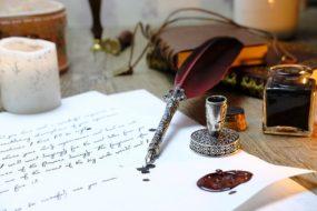 pisać piórem