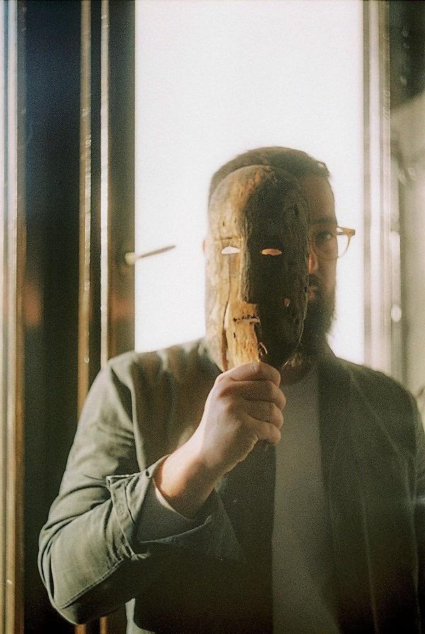 jak działa ego - człowiek chowający się zamaską